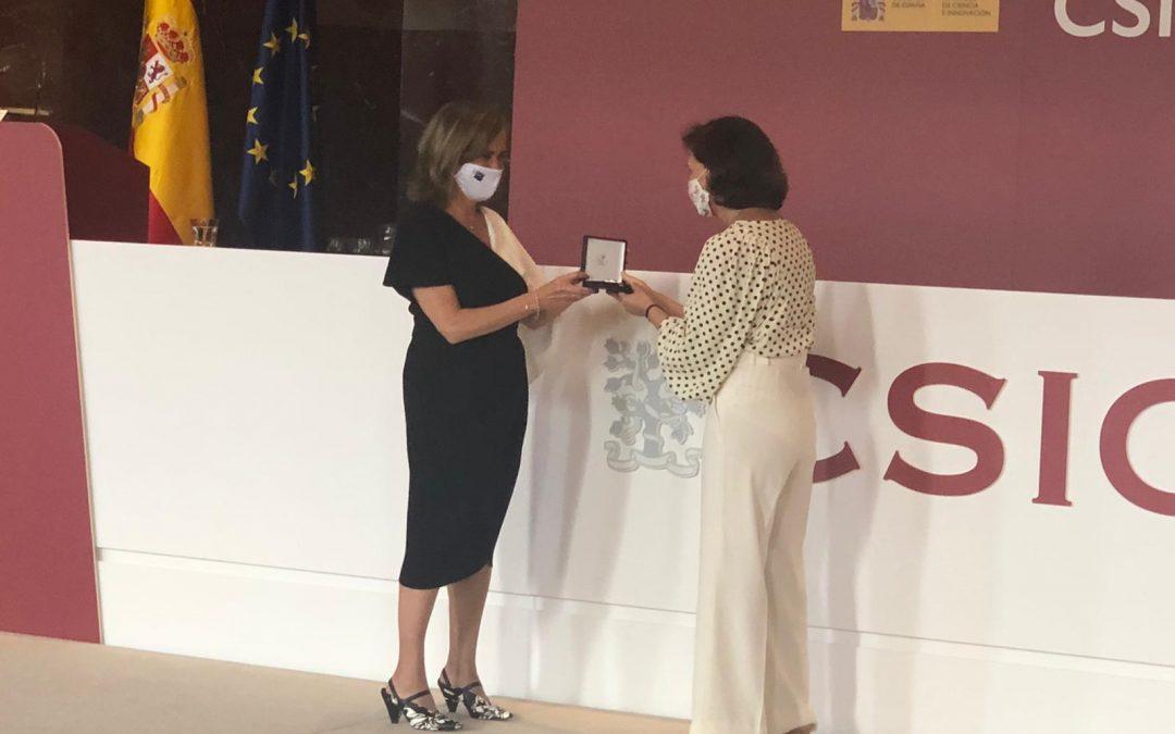 Entrega dac Medalla ó Mérito en Investigación á prof. Maria José Alonso